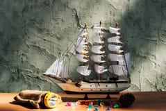 Trä segla skeppleksakmodellen med facklan Arkivfoto