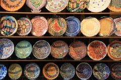 Trä som bordlägger med handcrafted dekorativa plattor Arkivbilder
