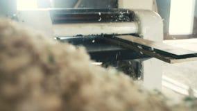 Trä som hyvlar åtsittande toppen ultrarapid stock video