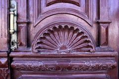 Trä stam, dekorativ yttersida, lättnad, gata, natur, bakgrund royaltyfri bild