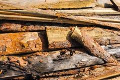 Trä stiga ombord Högen av det unedged brädet Arkivbild