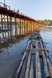 Trä strukturera överbryggar och raft royaltyfria foton