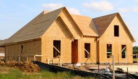 Trä täckt ram av ett förorts- hem under konstruktion Royaltyfria Bilder