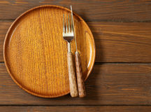 Trä töm plattan på en träbakgrund arkivfoton