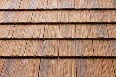 Trä taklägga belägger med tegel Arkivfoton