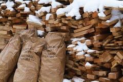 Trä under snow Vedträ för vintern Vikt huggen av drovav Royaltyfria Foton