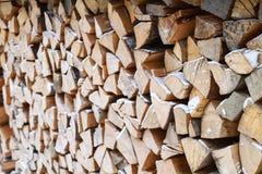 Trä under snow Vedträ för vintern Vikt huggen av drovav Royaltyfri Bild