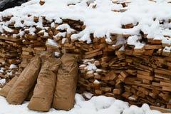 Trä under snow Vedträ för vintern Vikt huggen av drovav Royaltyfri Foto