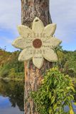 Trä underteckna in blommaformen med inskriften royaltyfri foto