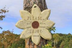Trä underteckna in blommaformen med inskriften arkivfoto