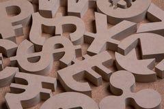 Träallsånger eller symboler av världsvalutor i gruppbild arkivfoto
