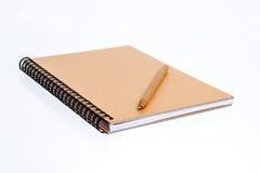 Träanteckningsbok och träpenna Royaltyfria Bilder