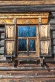 Träantikt fönster royaltyfria foton