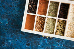 Träask av sortimentet av kryddor fotografering för bildbyråer