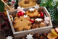 Träask med blandade julkakor, kryddor Royaltyfri Fotografi