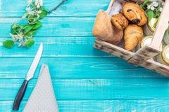 Träask med kakor på en trätabell Fotografering för Bildbyråer