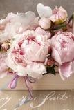 Träask med rosa pioner Royaltyfri Foto