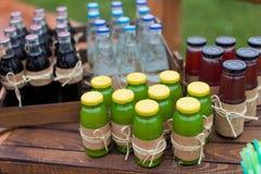 Träaskar med sodavattenflaskor Royaltyfria Foton
