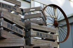 Träaskar och ett gammalt hjul royaltyfria bilder