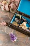 Träasken med samlingen av vaggar och mineraler Arkivfoton