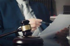 Träauktionsklubba, funktionsduglig advokat i bakgrund Arkivfoto