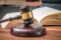 Träauktionsklubba och öppnad bok i bakgrund Lag- och rättvisabegrepp royaltyfria bilder