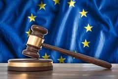 Träauktionsklubba och flagga av EU på bakgrund - lagbegrepp stock illustrationer