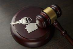 Träauktionsklubba och hus för hemmet som köper eller säljer av att bjuda eller advokat av hem- fastighet arkivbild