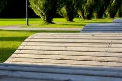 Träbänk i form av en våg Arkivfoto