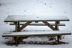 Träbänk i vintersnön fotografering för bildbyråer