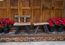 Träbänk med julstjärnan Arkivfoto
