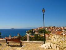 Träbänk och gatalampa med panoramautsikt över det Aegean havet och Skiathosen, Grekland royaltyfria foton