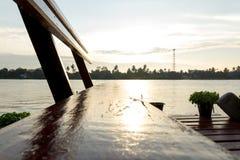 Träbänk på den tropiska flodstranden Royaltyfria Bilder