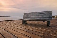 Träbänk på hytten Arkivfoto