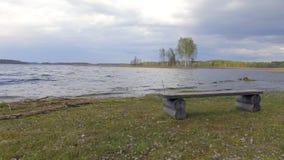 Träbänk på kostnad av sjön Braslav _ lager videofilmer