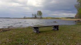 Träbänk på kust av sjön Braslav _ stock video