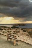 Träbänk på kusten på Cypern royaltyfria bilder