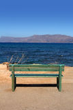 Träbänk som förbiser havet Royaltyfri Fotografi