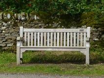 Träbänk som firar minnet av Diamond Jubilee royaltyfri fotografi