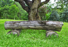 Träbänk som göras av trädstammar Arkivbild