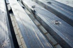 Träbänkabstrakt begreppbakgrund i grå färg-blått tonar med ilsken blick av solen & x28en; selektiv foc Arkivbilder