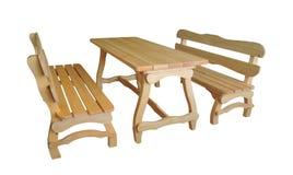 Träbänkar och tabell på vit bakgrund Trädgårds- möblemang fotografering för bildbyråer