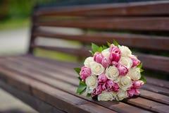 träbänkbukettbröllop Royaltyfri Foto