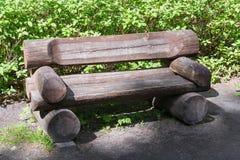 Träbänken för vilar av trötta handelsresande arkivfoton