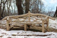 Träbänken i mitt av den fyllda snön parkerar Arkivfoto