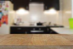 Träbästa tabell med suddig kökinrebakgrund Royaltyfri Fotografi