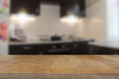 Träbästa tabell med suddig kökinrebakgrund Royaltyfri Foto