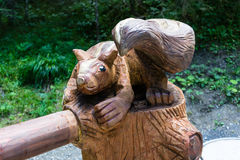 Träbäverskulptur i skog arkivfoto