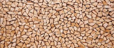 Träbakgrund av splittrade trädstammar Arkivfoton