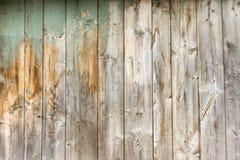 Träbakgrund, den gamla trädörren med skalningsmålarfärg i flera lager och rostigt spikar royaltyfri bild